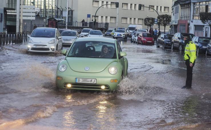 Una tubería rota provoca una inundación en la calle Castilla