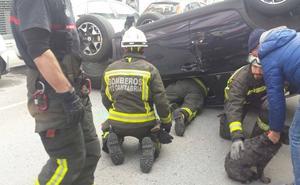 Un herido leve al volcar su vehículo en una calle en Laredo