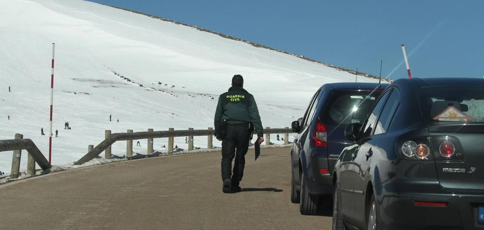 La Guardia Civil multa a 66 conductores por aparcar en Palombera