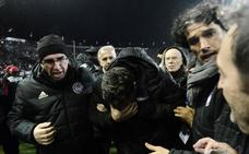 Suspendido el PAOK-Olympiacos tras ser herido el técnico español Óscar García