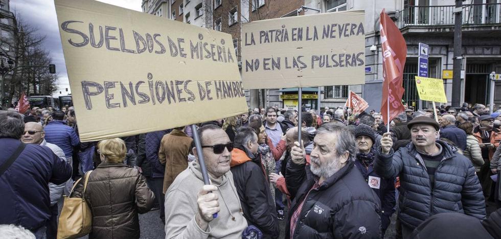 Un millar de pensionistas cántabros sale a la calle para protestar por la subida del 0,25%