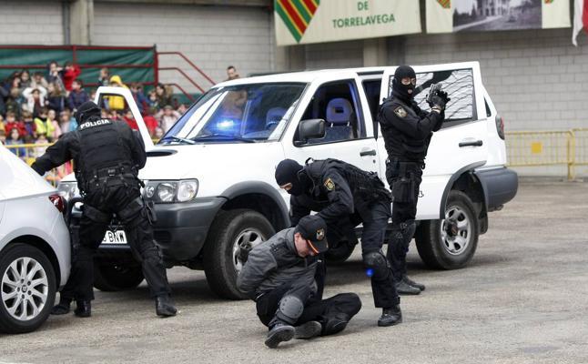 Un millar de niños 'alucinan' en Torrelavega con la Policía