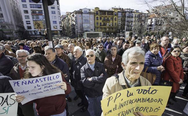 Cientos de vecinos se concentran en Santander para protestar por el MetroTUS