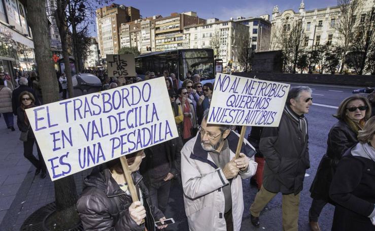 Cientos de personas se concentran en Santander contra el MetroTUS