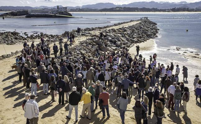 Unas 150 personas piden a la alcaldesa que frene «la barbaridad» de los diques