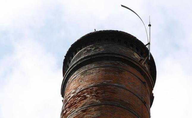 El deterioro de la chimenea de La Lechera amenaza con nuevos desprendimientos