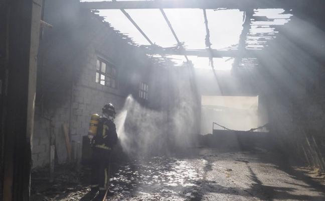 Un incendio calcina parte de una ganadería de Vioño