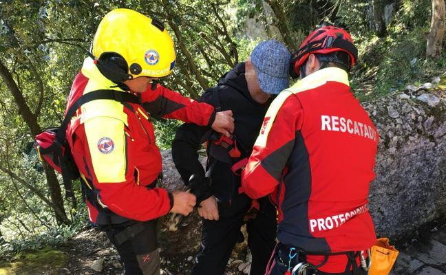 Rescatado un hombre de Torrelavega en el Faro del Caballo tras perder el conocimiento
