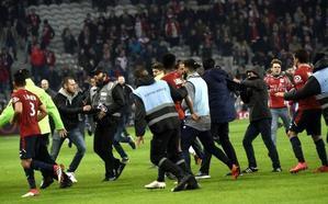 Los ultras del Lille invaden el campo para agredir a los jugadores