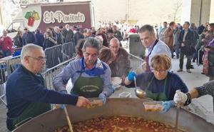 El Astillero repartió 1.000 raciones de cocido en el III Día de la Tierruca