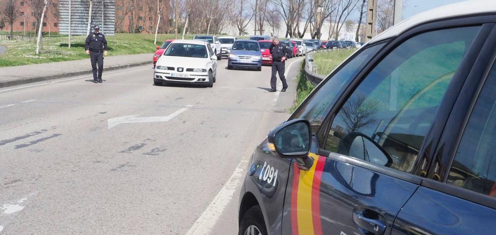 Huye de la Policía, choca con cuatro coches y se esconde en el baño de una gasolinera