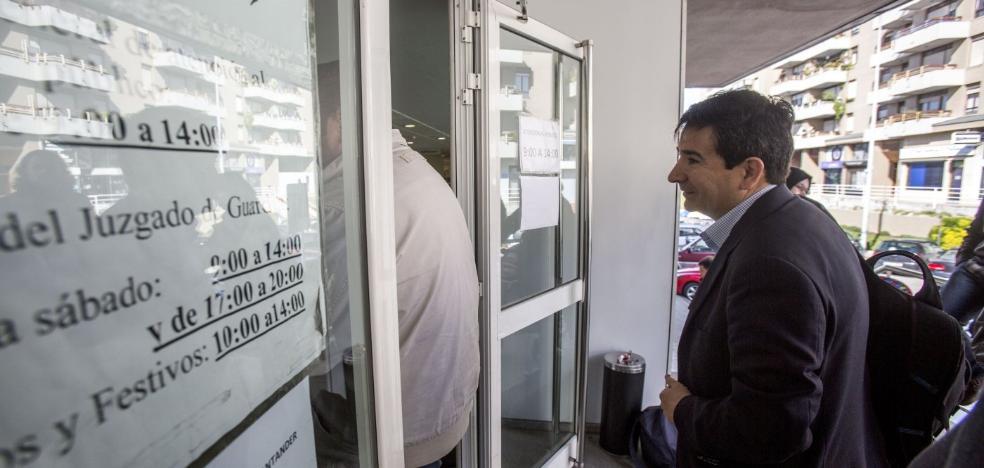 Cortina dice que la petición de la Fiscalía «no tiene valor jurídico» y sus rivales le reclaman que dimita