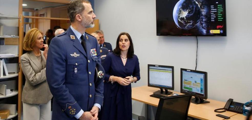 El Rey observa las primeras imágenes enviadas por el satélite español Paz