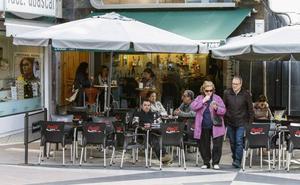 Los hosteleros advierten de que la ordenanza de terrazas de Torrelavega condena al cierre de muchos negocios