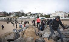 Decenas de personas se suben al dique de la Magdalena para protestar contra esta «herida» a la ciudad