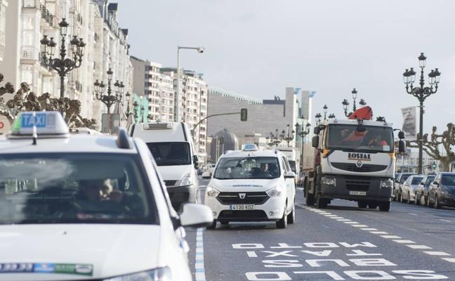 Los taxistas del Arco de la Bahía también quieren poder circular por el MetroTUS