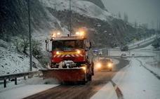 La Guardia Civil da paso a 146 camiones retenidos en Palencia por la nieve en la A-67