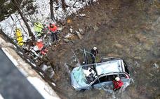 Muere un hombre tras caer con su coche al río en la carretera de Bárcena Mayor