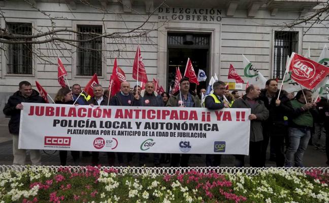 Doscientos policías locales protestan para poder jubilarse a los 60 años