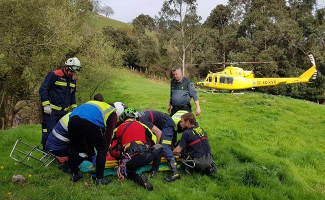 Evacuado en helicóptero un hombre que volcó con el tractor que conducía en Secadura