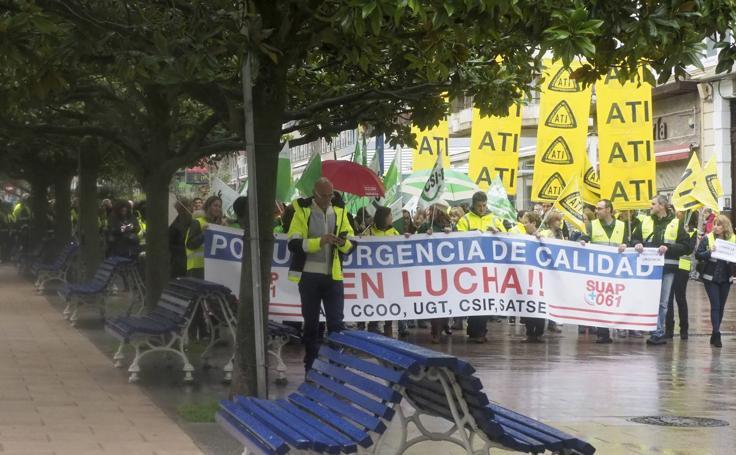 Manifestación en Santander de trabajadores del Servicio de Urgencias de Atención Primaria (SUAP) y del 061