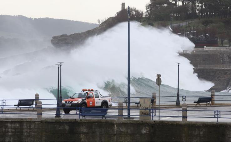 El Sardinero se blinda ante la alerta roja por grandes olas y vientos fuertes