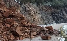 Un fuerte argayo corta el acceso al pueblo lebaniego de Yebas