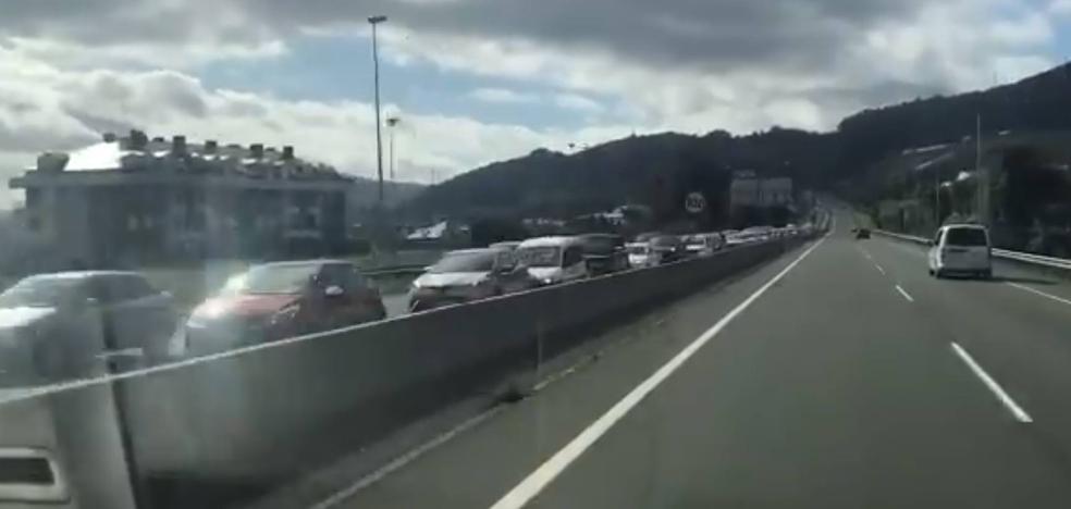 Un choque leve entre tres coches y la 'operación salida' provocan retenciones kilométricas en Ontón