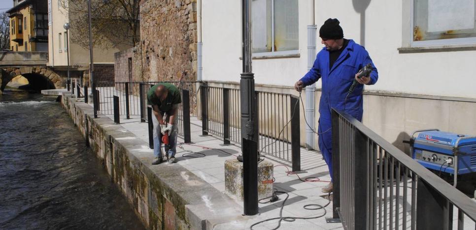 Reinosa instala una barandilla en la orilla izquierda del río Ebro