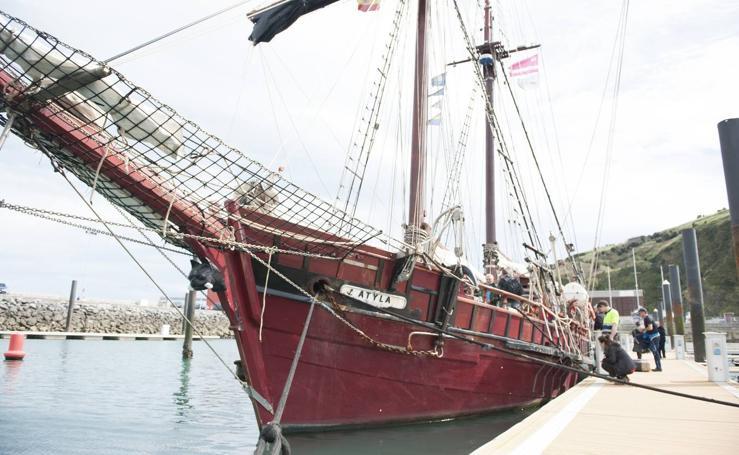 La goleta 'Atyla' atraca en el puerto de Laredo
