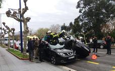 Una mujer de 72 años encarama su coche encima de otro que estaba aparcado