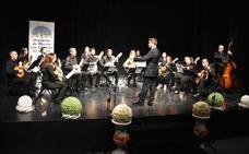 La nueva Orquesta de Plectro de Los Corrales puso en pie al público que llenó el Teatro Municipal