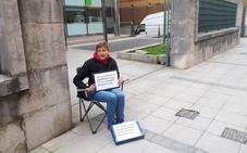 Revilla recibe a la enferma que protesta en Peña Herbosa y se compromete a estudiar su caso
