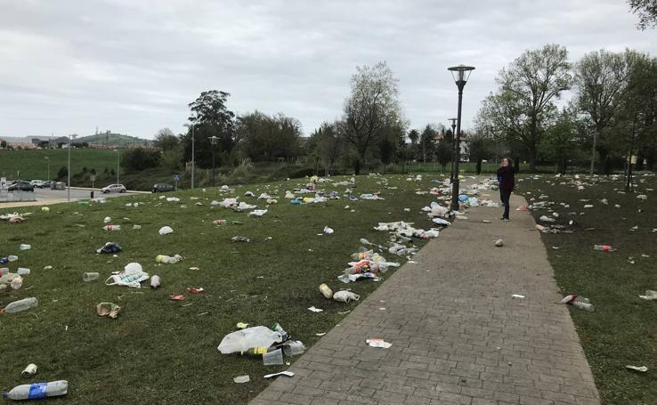Así queda el parque Mies de Meji, en Tanos, tras los multitudinarios botellones de cada fin de semana