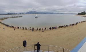 Una cadena humana protagoniza la cuarta acción de protesta contra los diques de La Magdalena
