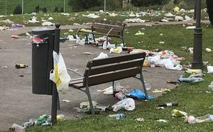 El botellón vuelve a llenar de basura Tanos tras otra fiesta multitudinaria