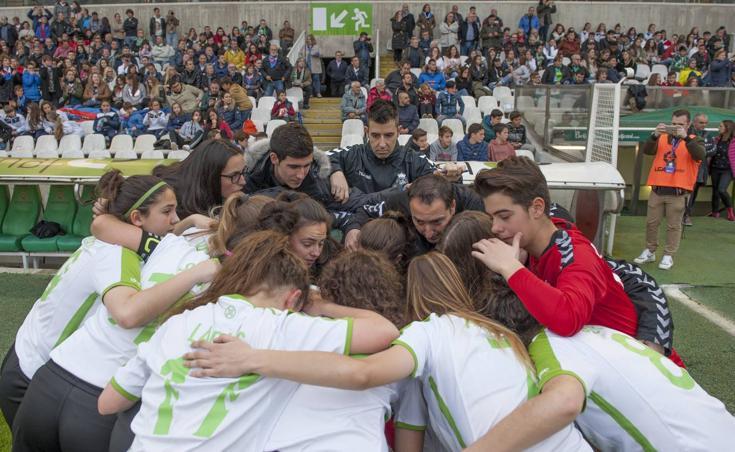 Primer partido de fútbol femenino que se disputa en los Campos de Sport