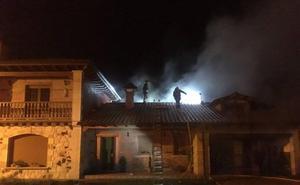 Los bomberos sofocan un incendio en una vivienda en Arenas de Iguña
