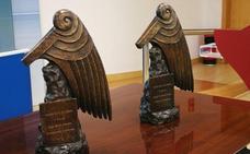 La figura del premio Beato muestra unas alas de ángel protegiendo Santo Toribio