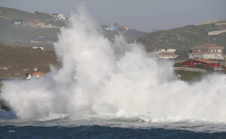 El Mar Cantábrico golpea la costa en Suances