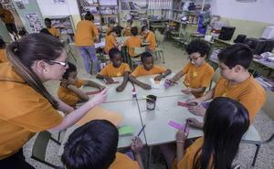 Los centros públicos abren hoy durante la primera jornada de huelga de los docentes interinos