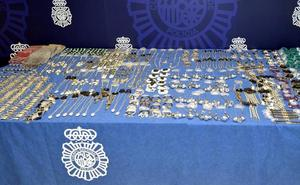 La Policía interviene en Santander más de 6,5 kilos de plata en llaveros y efectos de merchandising