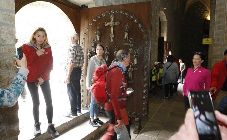 Los últimos peregrinos atraviesan la Puerta del Perdón en Santo Toribio