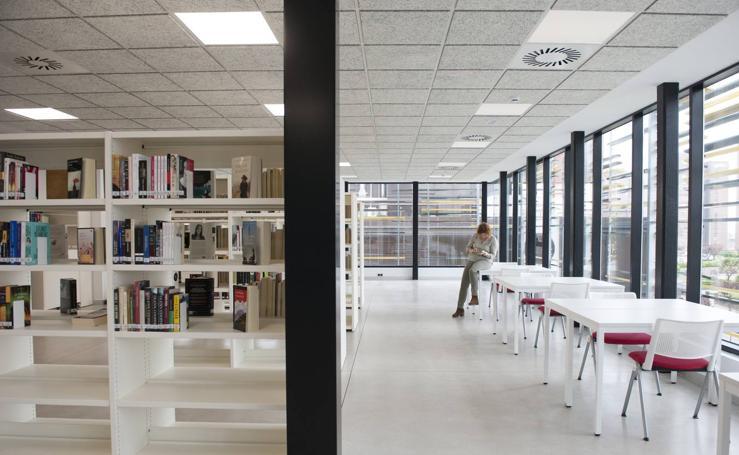 La biblioteca de Cazoña abre con 2.500 libros en las estanterías