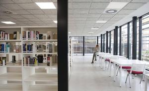 La biblioteca de Cazoña abre con 2.500 libros en sus estanterías