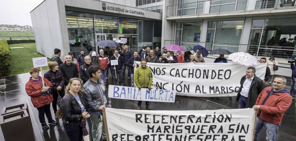 Los mariscadores piden la regeneración de la bahía y exigen indemnizaciones