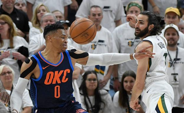 Russell Westbrook intenta defender a Ricky Rubio.