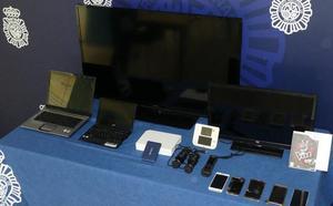 Detenidos tres jóvenes por robar joyas, aparatos electrónicos y hasta un CD de La Voz, en una vivienda de Monte