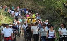 Los devotos de La Santuca trasladan en andas a la patrona de Lièbana desde su santuario a Somaniezo