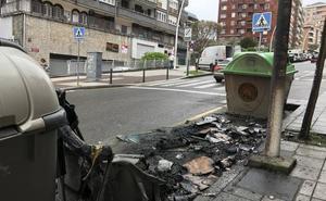Aparatoso incendio de un contenedor de basura en la calle Canalejas